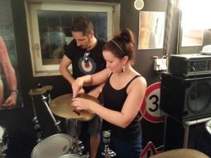 Unterstützung für Basti beim Aufbau des Schlagzeuges durch Chelli!